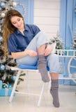 Młoda chritmas dziewczyna jest ubranym błękitną koszula z długim blondynka włosy Zdjęcie Royalty Free