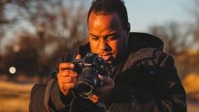 Młoda Czarna Męska Uliczna Miastowa podróż fotografa Canon kamera Fachowy Biznesowy Instagram obraz stock