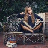 Młoda czarownica ćwiczy z magicznymi książkami Helloween Zdjęcia Royalty Free