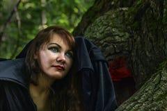 Młoda czarownica od legend i bajek wykonuje sorcerous ri obrazy royalty free