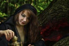 Młoda czarownica od legend i bajek wykonuje sorcerous ri obrazy stock