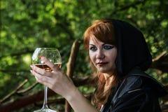 Młoda czarownica od legend i bajek wykonuje sorcerous ri fotografia royalty free