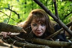 Młoda czarownica od legend i bajek wykonuje sorcerous ri zdjęcie stock