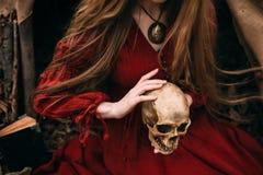 Młoda czarownica w jesień lesie zdjęcia stock