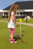 Młoda długowłosa dziewczyna bawić się minigolf obraz royalty free