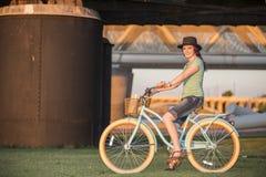 Młoda Dama Jedzie rower przy zmierzchem zdjęcie stock