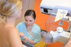 Młoda dama ma mammografiego obrazy stock