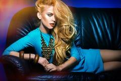 Młoda dama na kanapie Obrazy Royalty Free