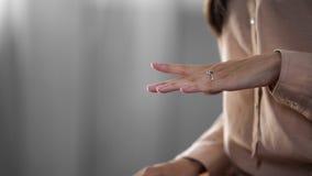 Młoda dama patrzeje jej biżuterii srebra pierścionek na ręce, mod akcesoria Fotografia Stock