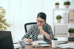 Młoda dama pracownika writing biznesowy harmonogram prac obraz stock