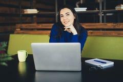 Młoda dama pracuje przy laptopem w nowożytnym biurowym centrum Fotografia Stock