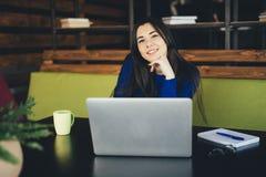 Młoda dama pracuje przy laptopem w nowożytnym biurowym centrum Zdjęcia Stock