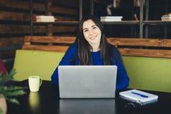 Młoda dama pracuje przy laptopem w nowożytnym biurowym centrum Obraz Royalty Free