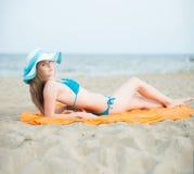 Młoda dama sunbathing na plaży Piękna kobieta pozuje przy zdjęcie royalty free