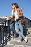 Młoda dama turystów stojak na Fontanka rzecznym bulwarze w Świątobliwym Petersburg Rosja i zegarków budynkach na przeciwnej stron obrazy royalty free