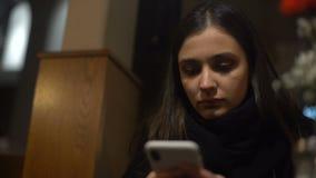 Młoda dama używa mobilnego zastosowanie na smartphone, rozkazuje taxi online, zbliżenie zbiory wideo