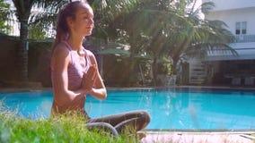 Młoda dama w Lotosowej pozie składał ręki w modlitewnym bocznym widoku zdjęcie wideo