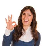 Młoda dama wskazuje ok znaka Zdjęcia Royalty Free