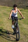 Młoda dama z bicyklem na wiosny łące Fotografia Royalty Free