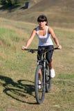 Młoda dama z bicyklem na wiosny łące Obrazy Stock