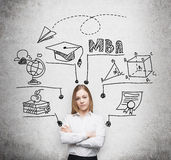 Młoda dama z krzyżować rękami iść dostawać mistrza stopień w zarządzaniu przedsiębiorstwem Pojęcie MBA degre Fotografia Stock