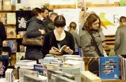 Młoda dama z książkowymi czytelniczymi nowymi opowieściami w tłumu zdjęcia royalty free