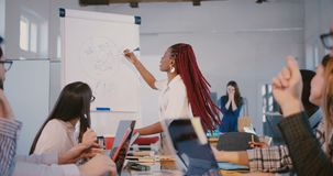 Młoda doświadczona pozytywna amerykanin afrykańskiego pochodzenia finanse biznesu trenera kobieta daje kierunkom partnery przy zbiory wideo