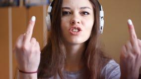 Młoda dojrzała dziewczyna krzyczy przy ekranem nienawidzę ciebie I przedstawienia środkowy palec Trudny nastolatek od zbiory