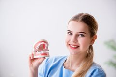 Młoda doktorska pielęgniarka z dentures obraz stock