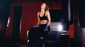 Młoda dorosła Dumna kobieta pokazuje daleko mięśnie, bicepsy zbiory