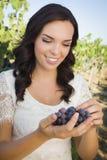 Młoda Dorosła kobieta Cieszy się win winogrona w winnicy Fotografia Stock