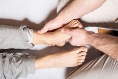 Młoda dorosła kobieta otrzymywa nożnego masaż obrazy stock