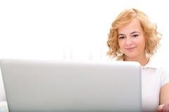 Młoda dorosła kobieta pracuje na laptopie obraz stock