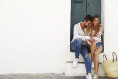 Młoda dorosła para siedzi wpólnie w drzwi, Ibiza, Hiszpania Obrazy Royalty Free