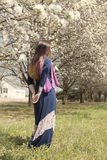 Młoda dorosłej kobiety pozycja wśród drzewnego kwiatu kwitnie Zdjęcie Royalty Free