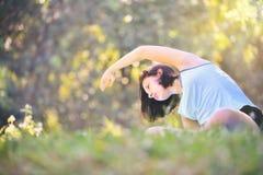 Młoda dziewczyna ćwiczy lekko w parku z ranku słońcem, obrazy stock