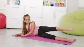 Młoda dziewczyna ćwiczy w domu zbiory wideo