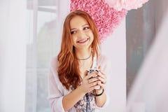 Młoda dziewczyna śmia się herbaty i pije Pojęcie dom i li Zdjęcia Royalty Free