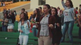 Młoda dziewczyna śmieszny taniec na lato żywym koncercie równo tłum Zielona ławka doping zbiory wideo