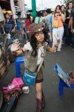 Młoda dziewczyna śpiewa i tanczy w ulicie w Chatuchak rynku Obraz Stock