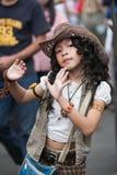 Młoda dziewczyna śpiewa i tanczy w ulicie w Chatuchak rynku Zdjęcia Royalty Free