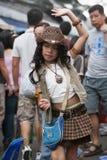 Młoda dziewczyna śpiewa i tanczy w ulicie w Chatuchak rynku Obrazy Royalty Free