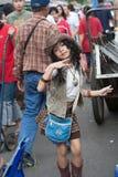 Młoda dziewczyna śpiewa i tanczy w ulicie w Chatuchak rynku Fotografia Royalty Free