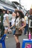 Młoda dziewczyna śpiewa i tanczy w ulicie w Chatuchak rynku Zdjęcie Stock