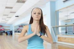 Młoda dziewczyna angażuje w sprawności fizycznej obrazy stock