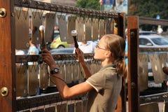 Młoda dziewczyna bawić się perkusi instrument muzyczny Zdjęcia Royalty Free