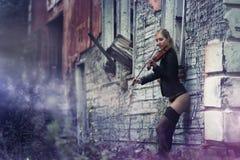 Młoda dziewczyna bawić się skrzypce Fotografia Royalty Free