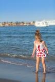 Młoda dziewczyna bawić się w dennych fala Zdjęcie Stock