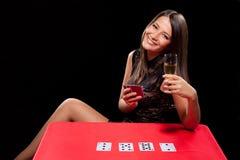 Młoda dziewczyna bawić się w uprawiać hazard fotografia stock
