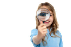 Młoda dziewczyna bawić się wokoło z powiększać - szkło Zdjęcie Stock